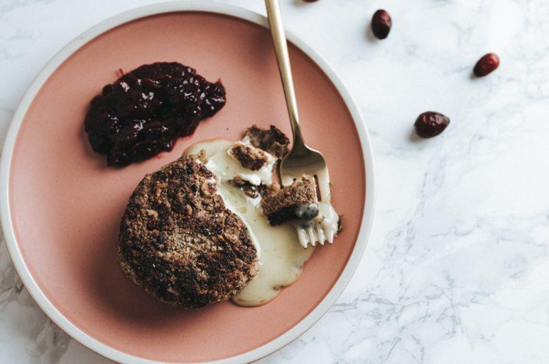 Camembert panés à la noix et compote d'airelles / Baked walnut Camemberts with cranberry sauce