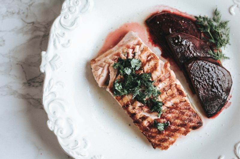 Saumon sauce aux herbes & betteraves rouges au balsamic / Salmon with herbs sauce & balsamic glazed beetroots