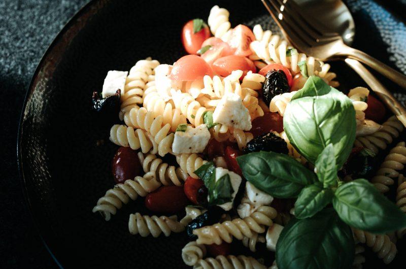 Salade de pâtes tomates mozzarella / Mozzarella tomato pasta salad