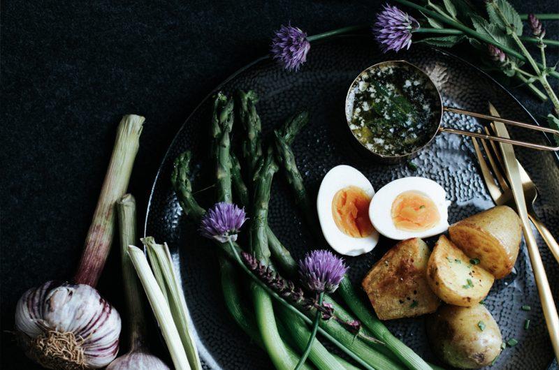 Asperges à la flamande, sauce à la sauge / Flemish style asparagus with sage sauce